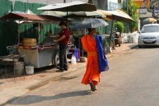 Mönch allein unterwegs