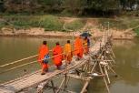 Mönche auf der 5000 Kip Brücke