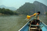Laotisches Multitasking (Navigieren, Scheppen, Motorcheck)