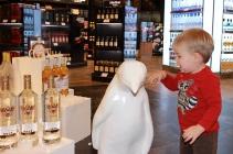 Felix schließt Bekanntschaft mit den Wodkapinguinen