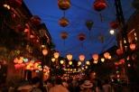 Hübsche Altstadt, aber heute mehr Köpfe als Lampions